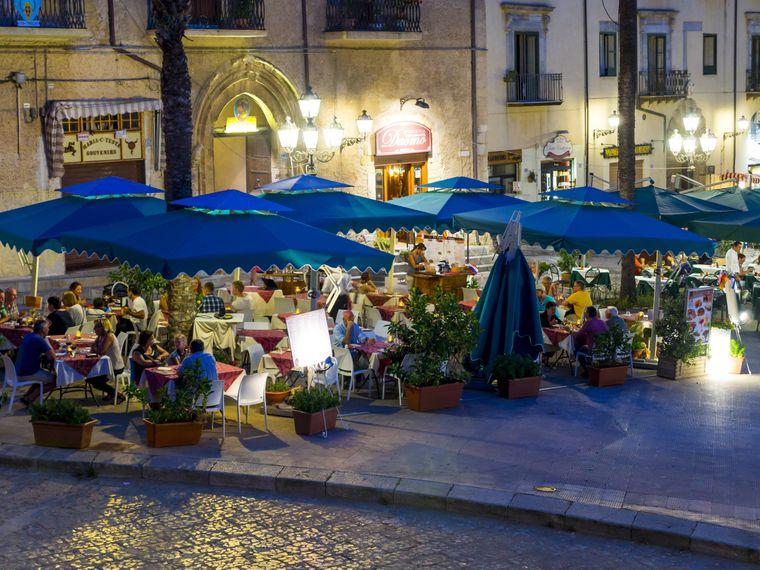 Restaurants an der Piazza del Duomo in Palermo.