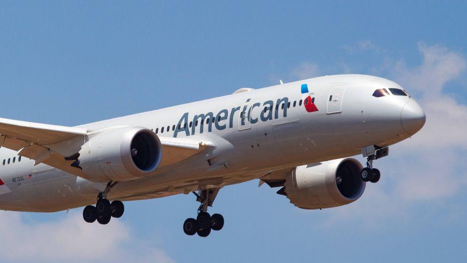 Ein Flugzeug von American Airlines im Flug.