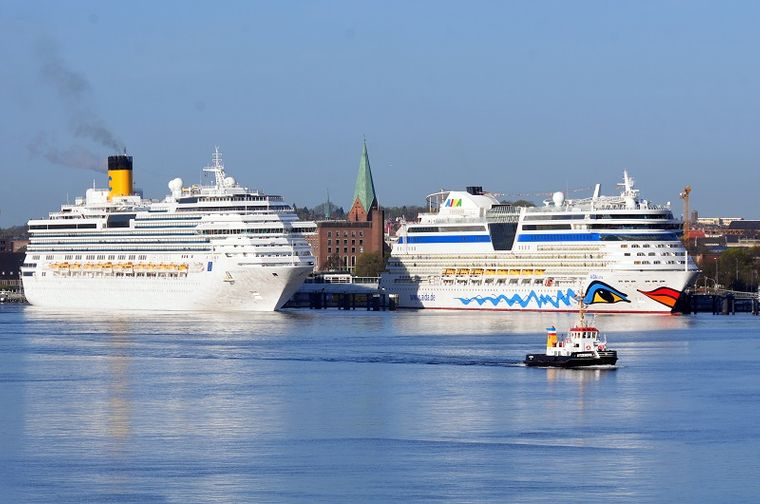 Shipspotting in Kiel, im Hintergrund die St.-Nikolai-Kirche.