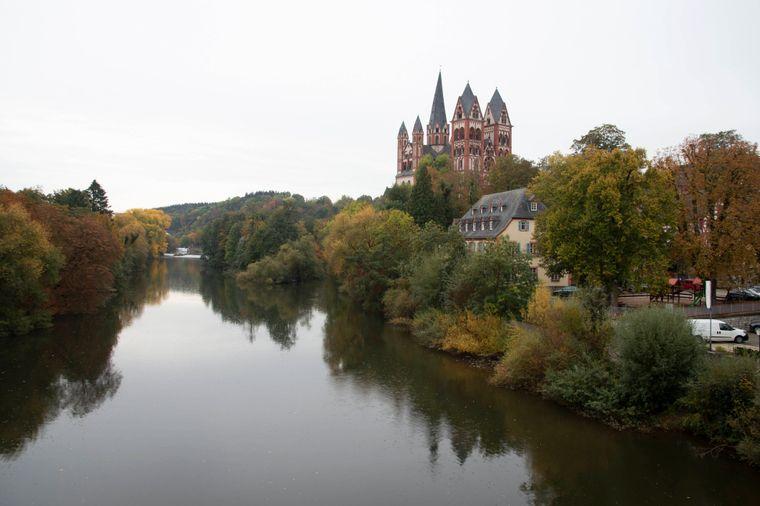 Sicht auf den Limburger Dom von der alten Lahnbrücke aus.