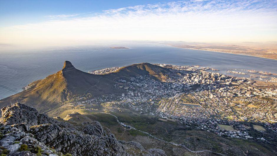 Blick aus dem Flugzeug auf Kapstadt beim Landeanflug in Südafrika.