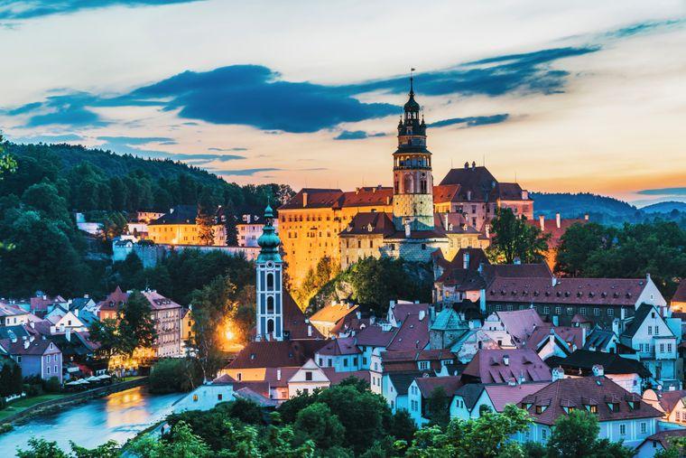 Das Schloss Česky Krumlov in der gleichnamigen Stadt leuchtet im Abendrot.