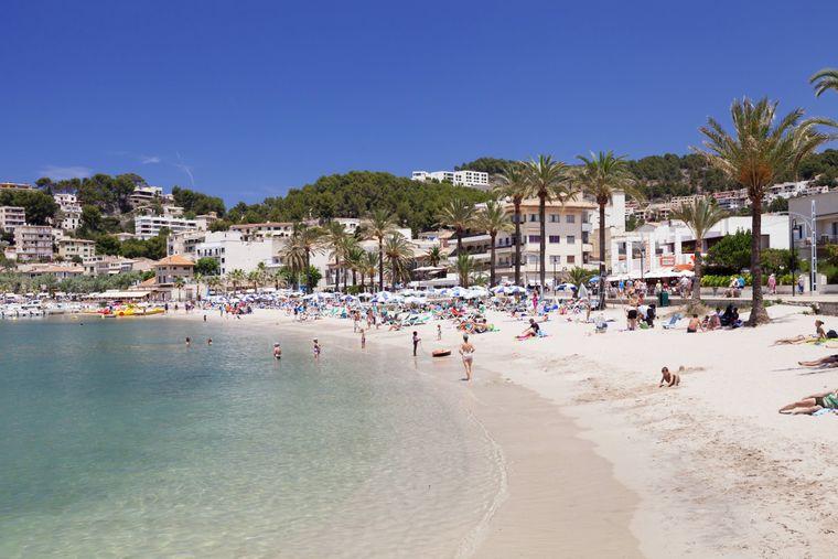 Die Playa d'Es Traves ist einer von zwei schönen Stränden in Port de Sóller, an denen du entspannen kannst.