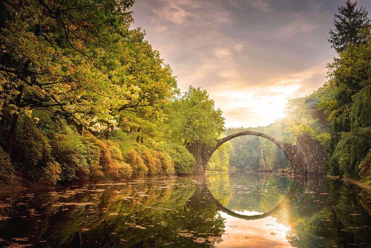 Die Rakotzbrücke oder Teufelsbrücke in Sachsen im Komlauer Park.