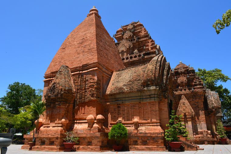 Die Tempelanlage Po Nagar in Nha Trang wurde Mitte des achten Jahrhunderts von den Cham gebaut und nach ihrer Zerstörung im elften Jahrhundert wieder aufgebaut. Sie wurde aufwendig restauriert.