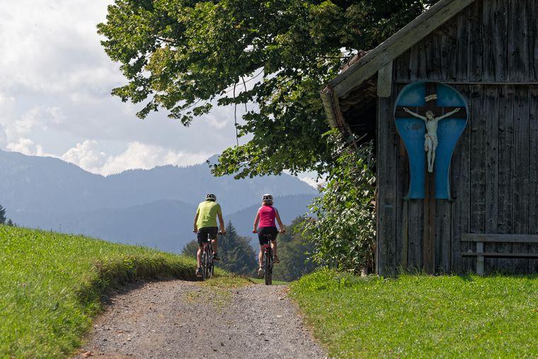 Der Ammer-Amper-Radweg führt aus den malerischen Ammergauer Alpen hinaus.