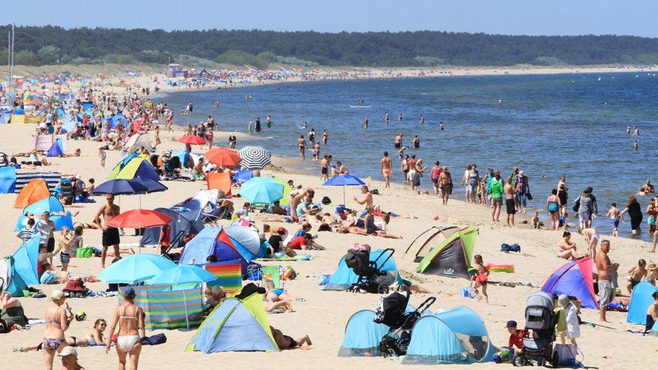 Voller Strand in Zinnowitz – das Baden in der Ostsee kann aktuell gefährlich werden.