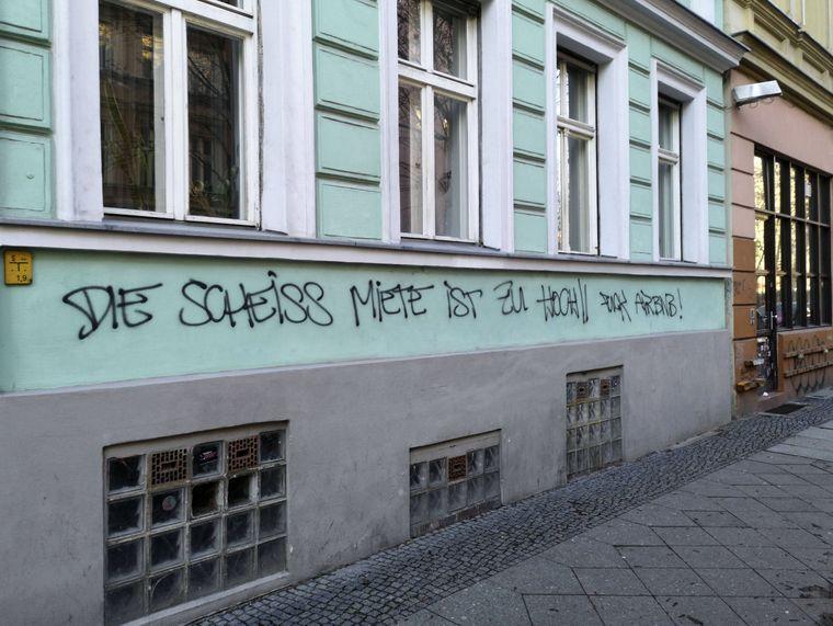 Aufgesprühter Protest gegen die Internetplattform Airbnb an einer Hausfassade in Berlin-Kreuzberg.