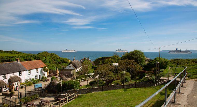 Bis zu fünf der Riesenschiffe liegen zwischen Mudeford Quay und Mudeford Sandbank.