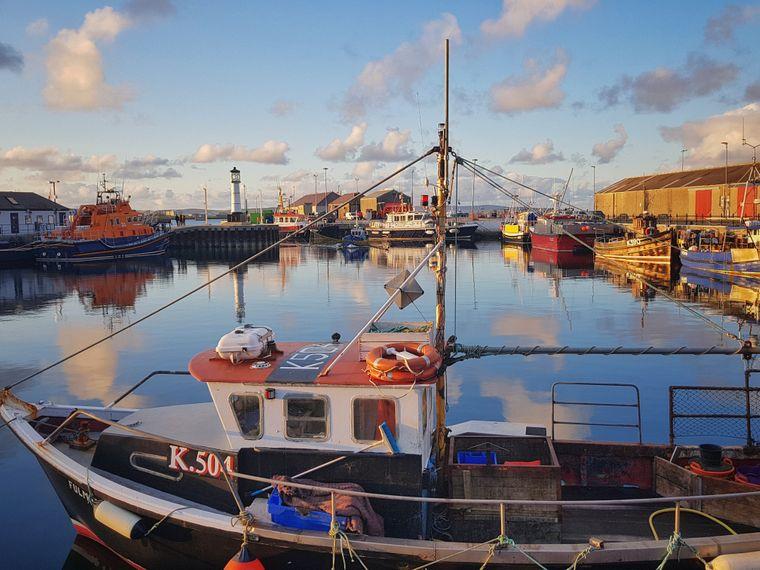 Einmal Postkarte, bitte: Der Hafen von Kirkwall ist reif fürs Bilderbuch.