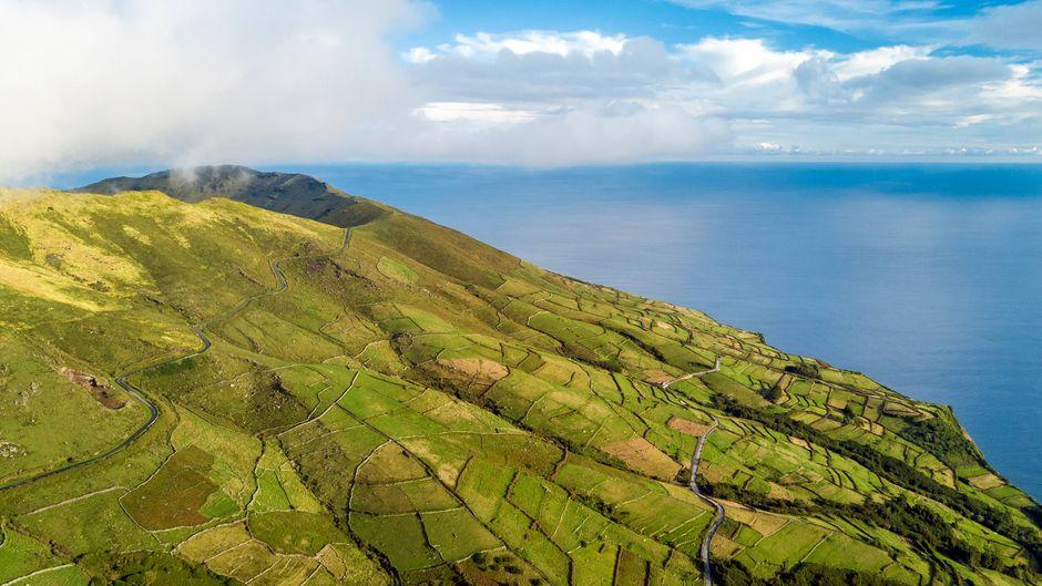 Die Azoreninsel Corvo mit Monte Gordo aus der Luft.