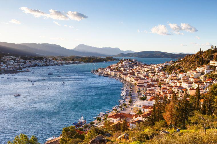 Blick auf die Insel Poros und die Berge von Peleponnes.
