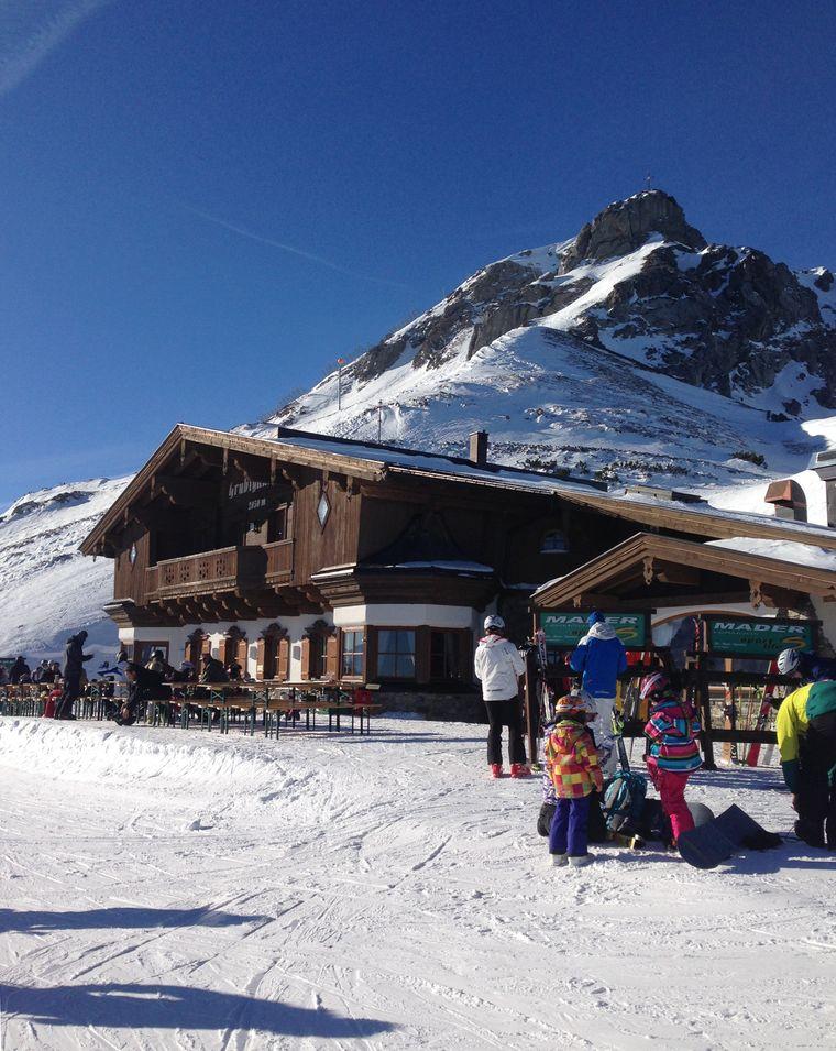 In zahlreichen Hütten wird auch für das leibliche Wohl der Wintersportler gesorgt. Eine von ihnen ist die Grubighütte am Grubigstein auf gut 2.000 Metern Höhe.