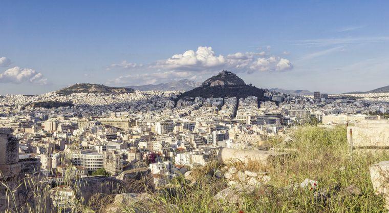 Traumhafte Aussicht: Im Hintergrund baut sich Griechenlands Hauptstadt Athen und der Berg Lykabettus auf.