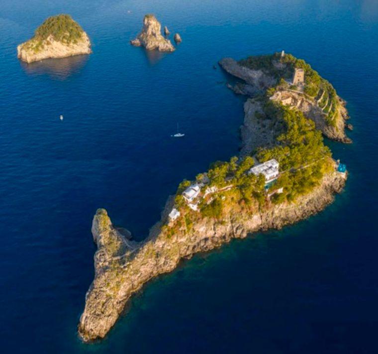 Es ist verblüffend wie ähnlich die Isola Lunga einen Delfin ist.