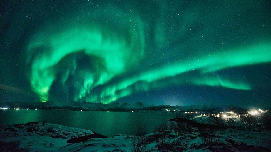 Wenn sich die Nordlichter zeigen, dann erstrahlt der Nachthimmel über den Bergen der Lofoten in märchenhaften Farben.