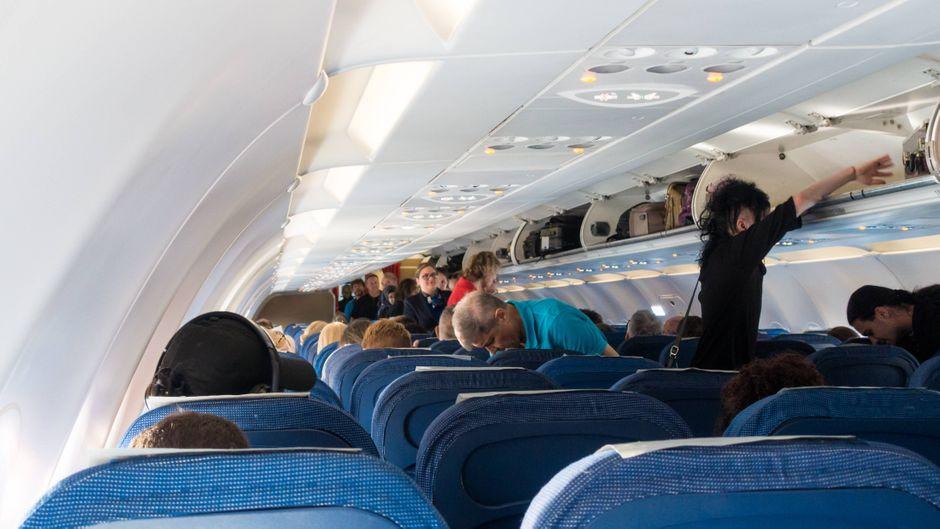 Das Handgepäck vor dem Abflug in den Gepäckfächern verstauen: Das ist auf Flügen von und nach Italien bald nicht mehr möglich.