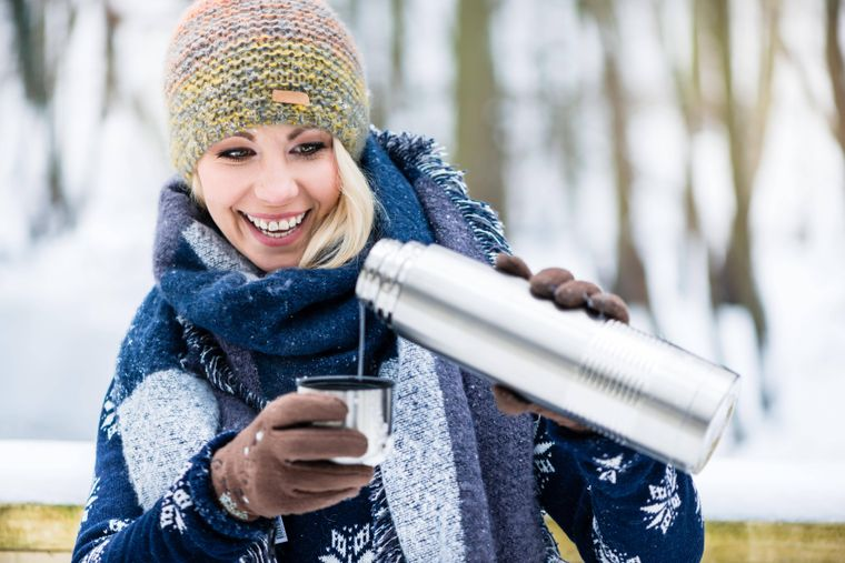 Woman with hot tea or coffee on a winter hike Copyright: xKzenonx Panthermedia27435673 ,model released, Symbolfotoimago images/Panthermedia