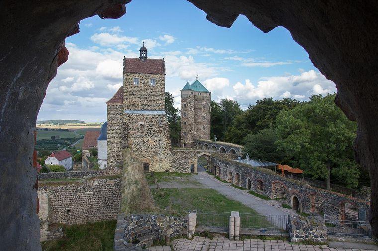 Das Erscheinungsbild der Burg Stolpen wird vom Johannisturm – im Volksmund auch Coselturm genannt – dominiert. Eine Geschichtsausstellung informiert unter anderem über die Gefangenschaft der Gräfin Constantia von Cosel auf der Burg.