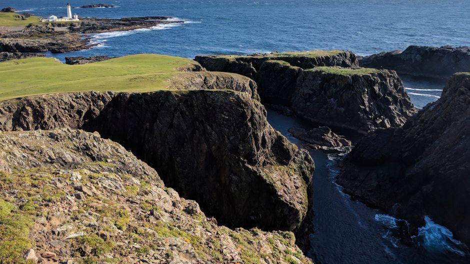 Die felsige Küste auf Fair Isle ist größtenteils steil abfallend und weist zahlreiche gefährliche Kliffs auf.