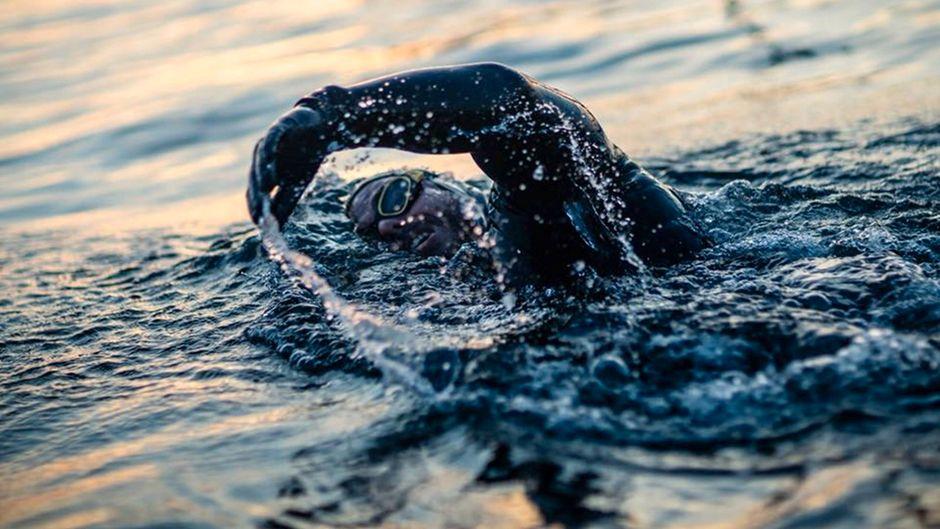 Er schwimmt und schwimmt und schwimmt. Ross Edgley will Großbritannien umrunden.