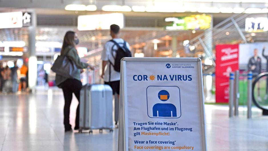Am Flughafen gilt Maskenpflicht wegen Corona – außerdem können sich alle Urlauber nach einer Auslandsreise kostenlos testen lassen.