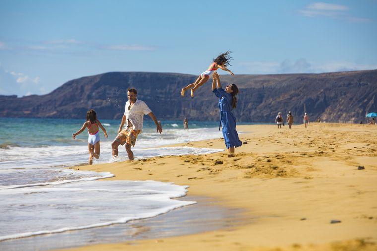 Strandbesucher auf Porto Santo, einer Nachbarinsel von Madeira.