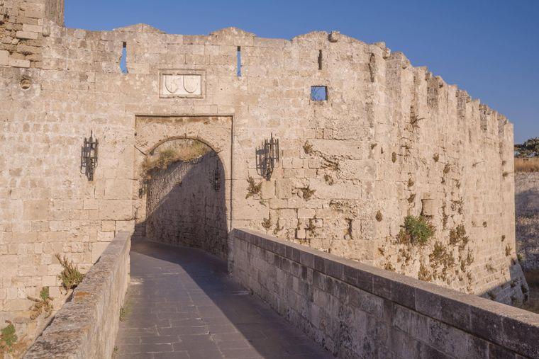 Stadtbild einer mittelalterlichen Stadt innerhalb der Befestigungsanlagen von Rhodos,.