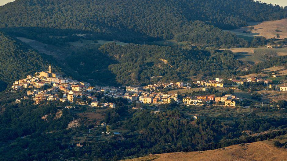Ausblick auf das Bergstädtchen Salcito in Molise. Ein anderes Dorf in der Region verschenkt gerade kostenlosen Urlaub.