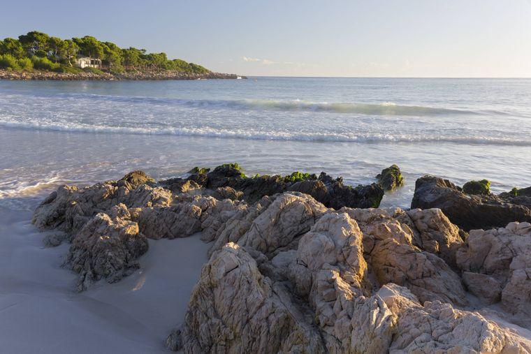 Die Cala Aguila ist nur eine von vielen wunderschönen Buchten, die du in der Nähe von Manacor entdecken kannst.