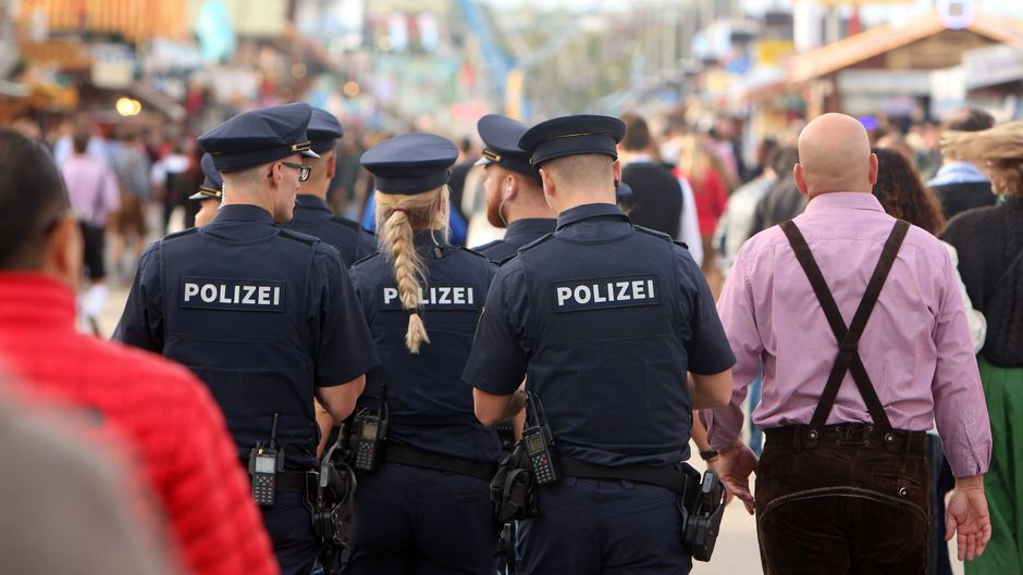 Sicherheitsmaßnahmen der Polizei auf dem Oktoberfest in München, Bayern.