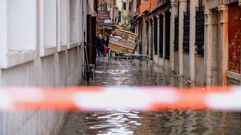 Schiffe wurden vom Hochwasser durch Venedigs Gassen gerissen.
