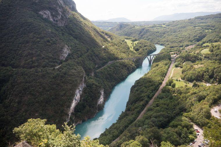 Die Rhône fließt durch eine spektakuläre Landschaft.