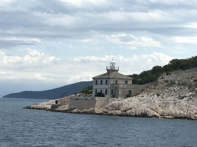 Malerische Kulisse: Ein Leuchtturm in den Meerengen der kroatischen Adria-Inseln.