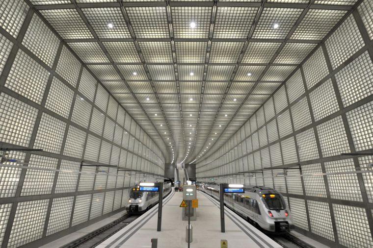 """Tausende S-Bahn-Reisende passieren jährlich Leipzigs 2013 fertiggestellten unterirdischen Citytunnel, Sachsens kürzeste """"U-Bahn"""" mit vier teils sensationellen Untergrund-Stationen wie hier am Wilhelm-Leuschner-Platz."""