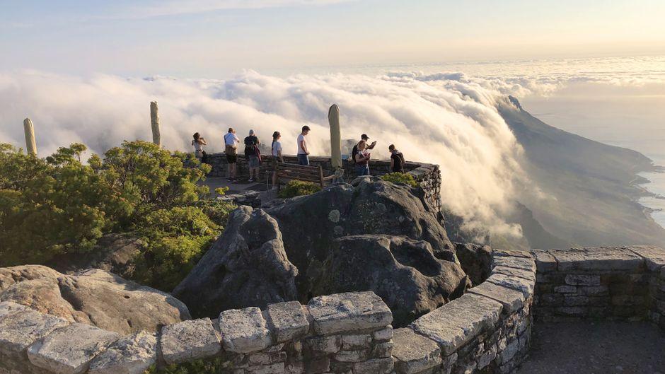 Was für ein Naturspektakel: Über den Tafelberg schiebt sich eine Wolkendecke, die wie ein weißes Tischtuch wirkt.