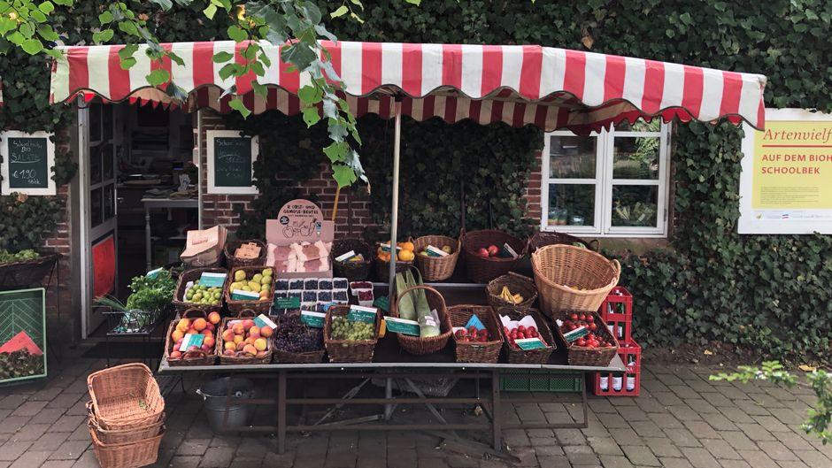 Straßenstände, Hofläden, Automaten mit Bio-Wurst: Rund um die Schlei kommen regionale und saisonale Spezialitäten oft frisch vom Erzeuger.