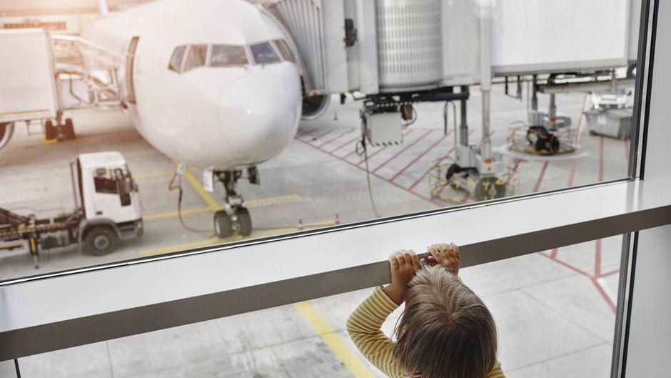 Eine Fünfjährige wurde am Flughafen in Stuttgart von ihren Eltern vergessen. (Symbolfoto)