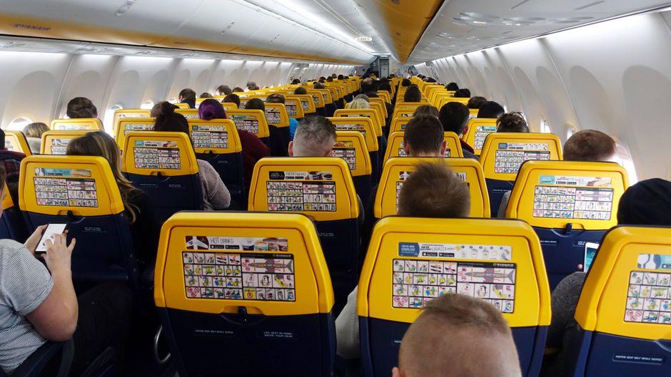 Passagiere in einer Flugzeugkabine der Ryanair.