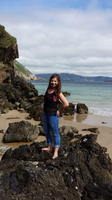 Sina Kedenburg auf den Steinfelsen am Keem Beach, Irland.