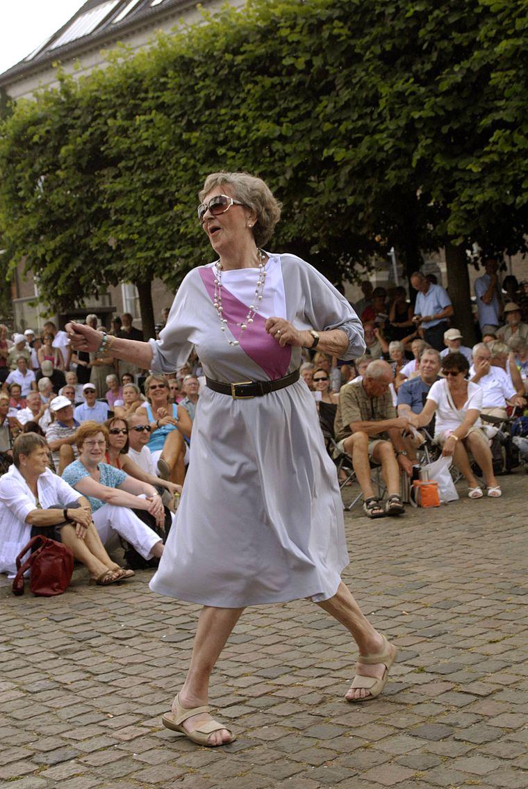 Ältere Dame tanzt während des Jazzfestivals in Kopenhagen