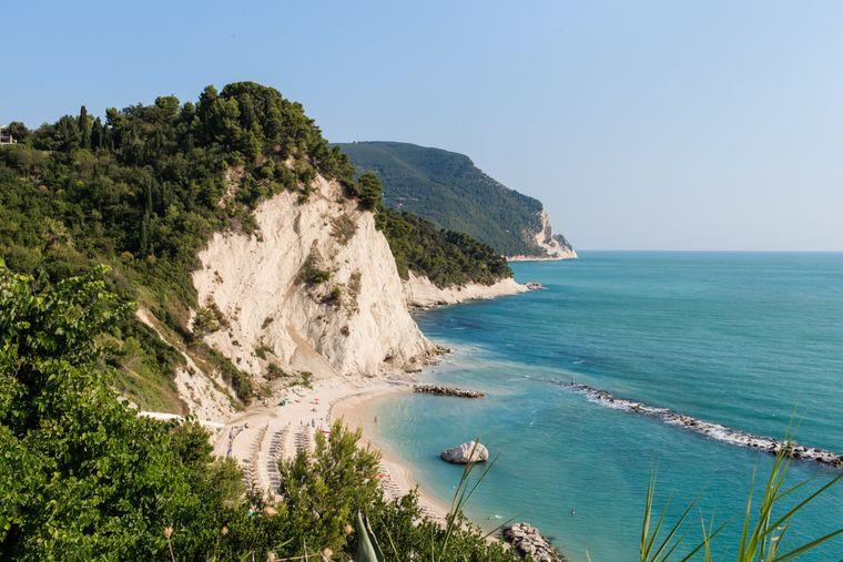 Idyllische Buchten in Sirolo an der Riviera del Conero bieten einen ruhigen Ort für Urlauber und heimische Vögel.