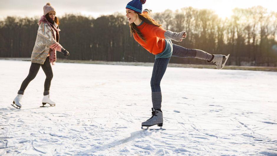An manchen Orten ist das Eislaufen bereits möglich. (Symbolbild)