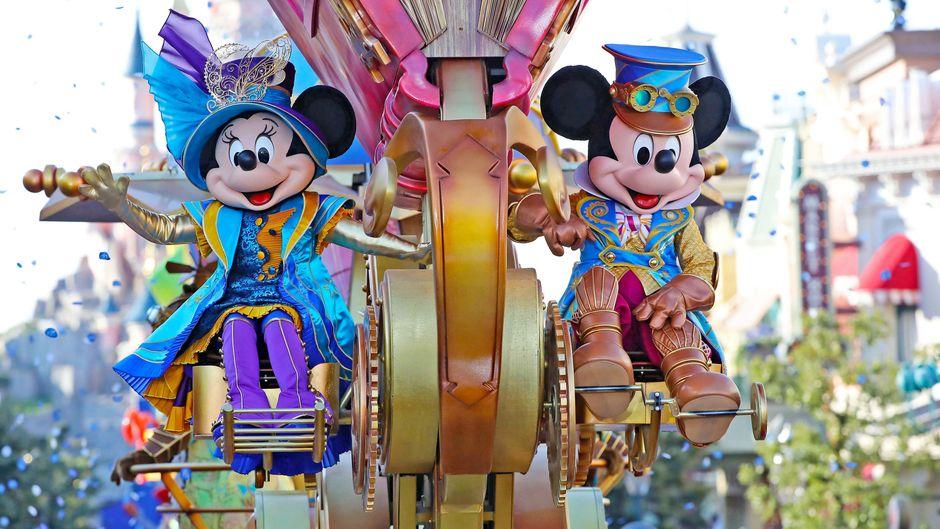 Der Besuch der Parade ist für viele Besucher des Disneyland Paris ein absolutes Muss. Selbstverständlich darf Mickey Mouse dabei nicht fehlen.
