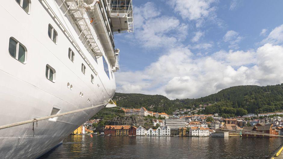 Ein großes Kreuzfahrtschiff liegt am Kai der Stadt Bergen, Norwegen.