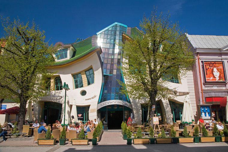 An der Straße Bohaterów-Monte-Cassino in Sopot finden sich viele Geschäfte, Restaurants und Cafés – und das Krzywy Domek, das krumme Häuschen.