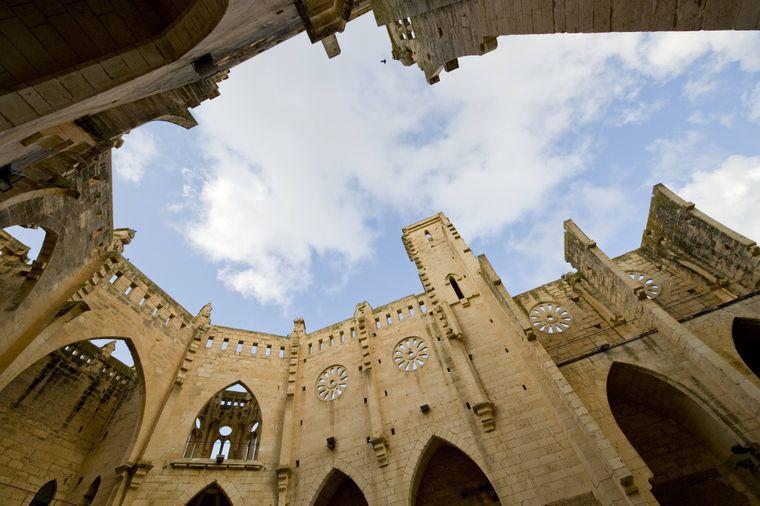Eine Besichtigung der unfertigen Kirche von Son Servera ist eine tolle Abwechslung zum Strandtag in Cala Millor.
