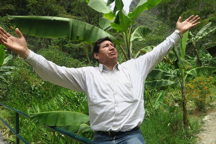 Ruben Zambranos ist Inka-Nachfahre, er hebt die Arme in die Luft, blickt in den Himmel und betet für Regen.