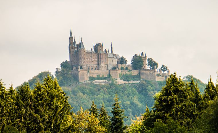 Die Burg Hohenzollern ist die Stammburg des Fürstengeschlechts und ehemals regierenden preußischen Königs- und deutschen Kaiserhauses der Hohenzollern.