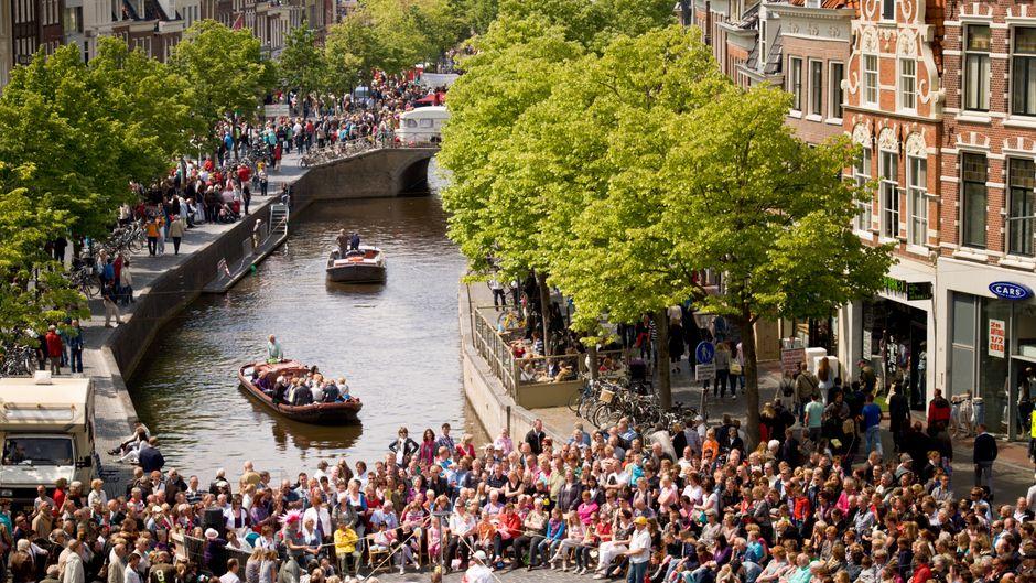 Rund um die Grachten Leeuwardens feiern Einheimische und Besucher die Kulturhauptstadt 2018.